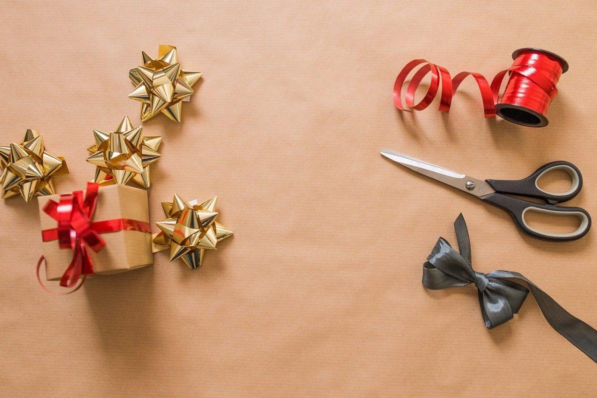 Jak zapakować prezent o nieregularnych kształtach bez pudełka?