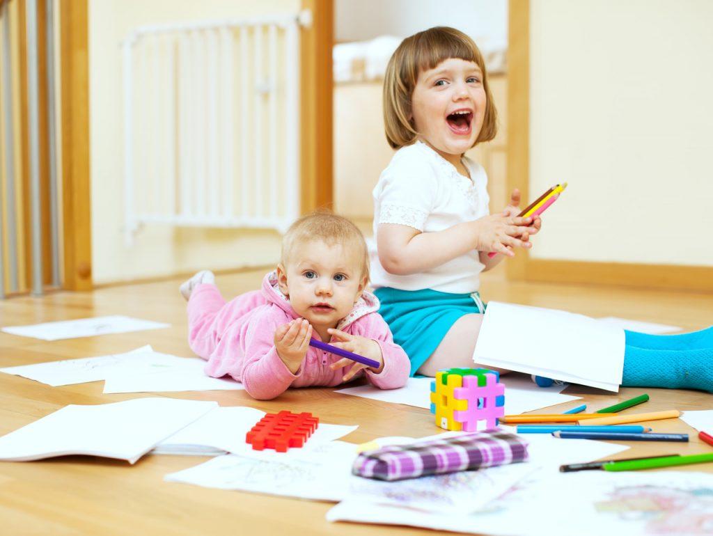 małe dzieci bawiące się na podłodze