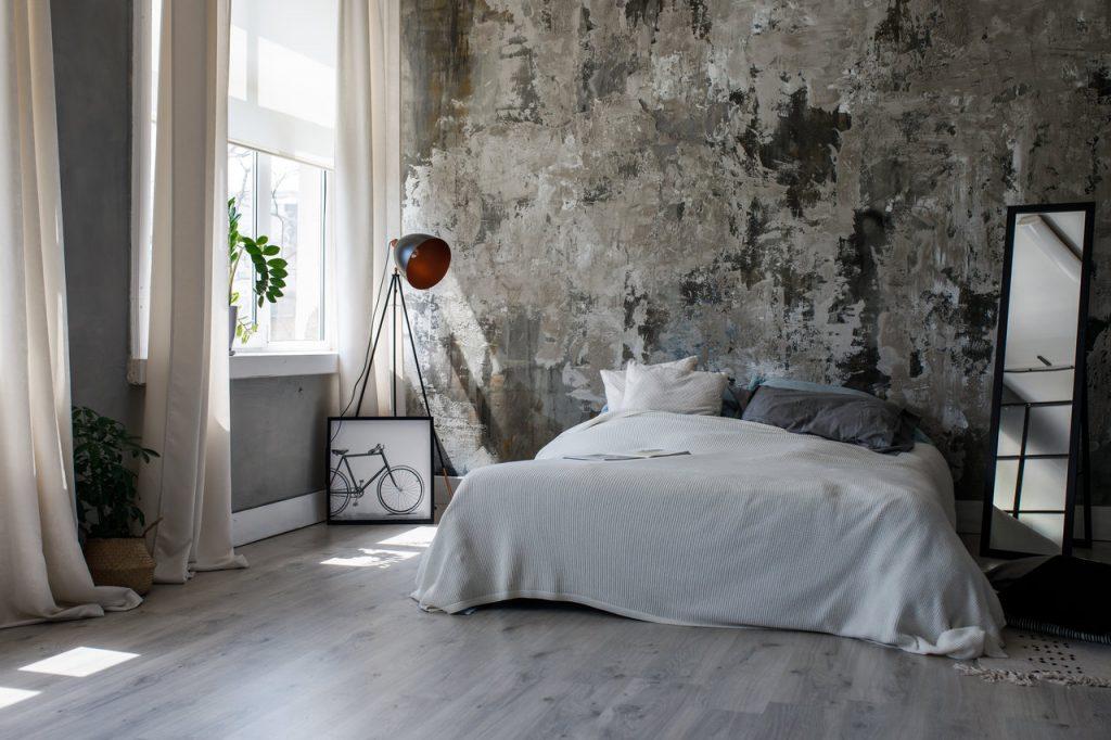sypialnia w stylu loftowym ze starą ścianą