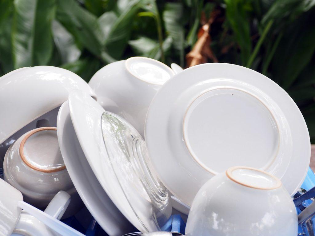 białe naczynia na suszarce