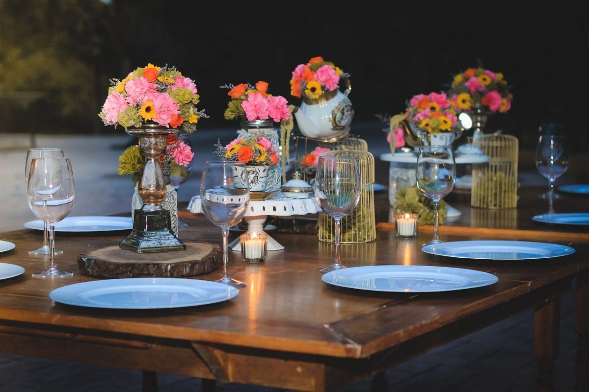 Jak tanio udekorować stół na przyjęcie ze znajomymi?
