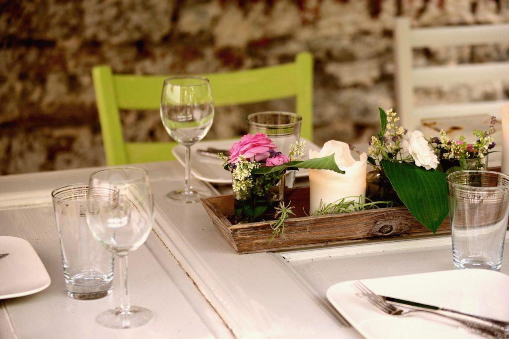 dekoracja stołu kwiaty i świeczka