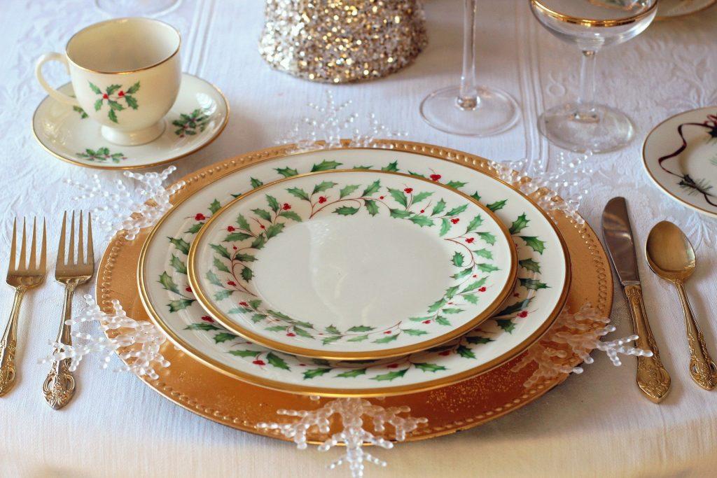 nakrycia stołu w kolorze złota