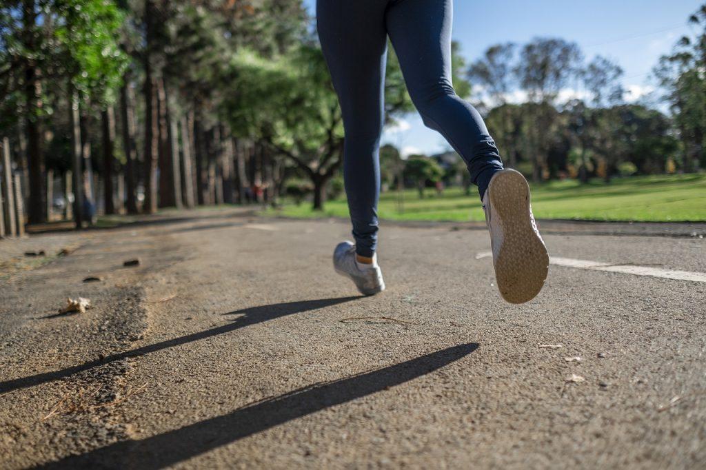 biegacz w parku