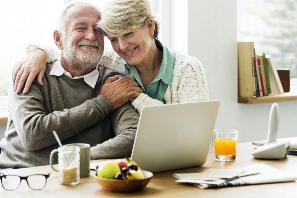 dziadkowie przy laptopie