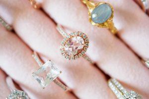 W szkatułce czy na stojaku? W jaki sposób przechowywać biżuterię?