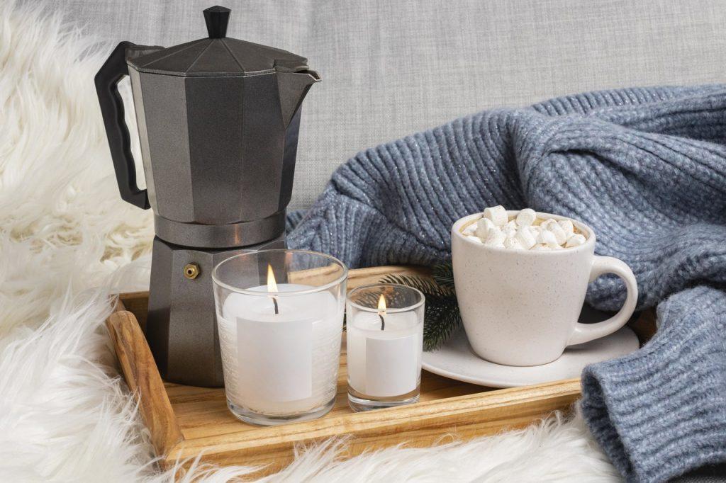 kawa na tacy na łóżku