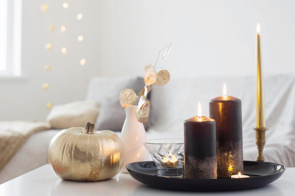taca dekoracyjna ze świecami w salonie