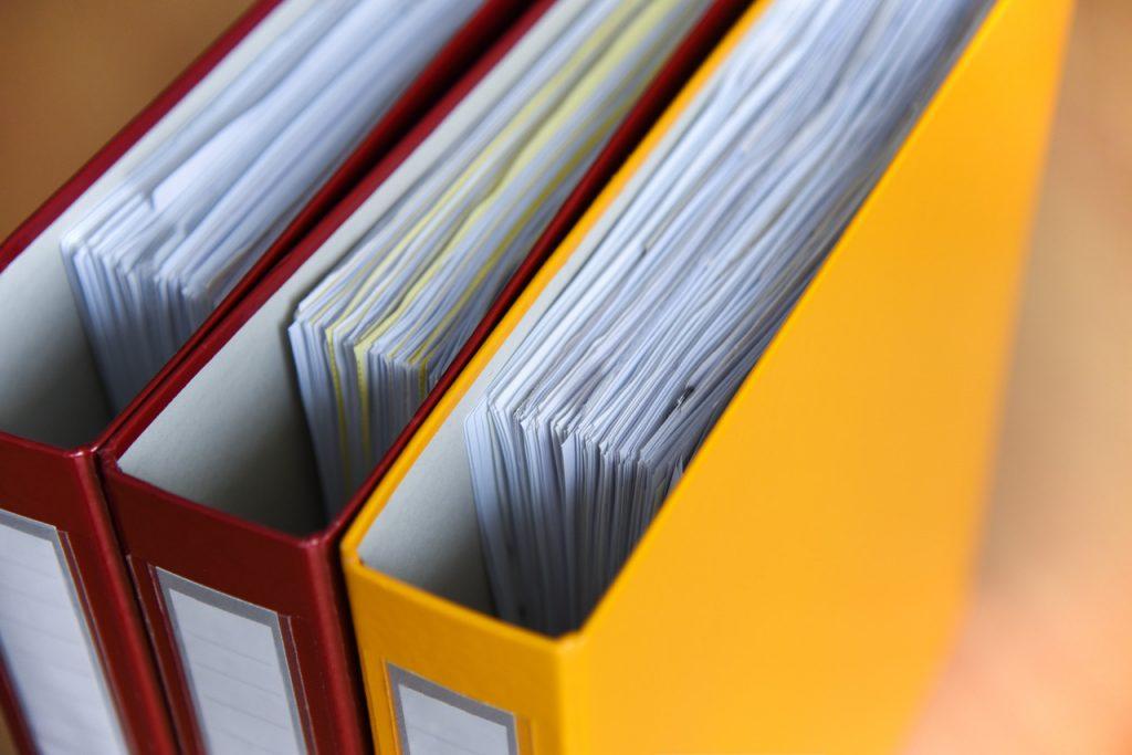 kolorowe segregatory z dokumentami