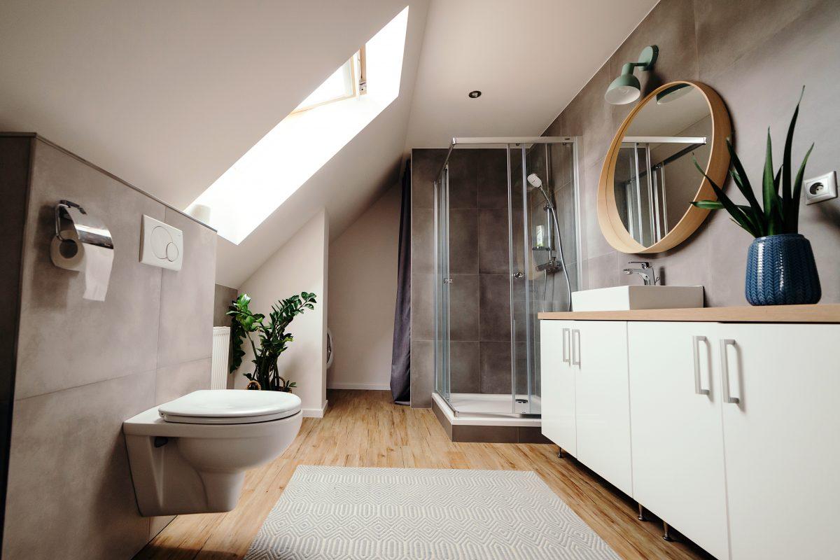 Dywaniki łazienkowe komplety czy antypoślizgowe  – jakie wybrać?