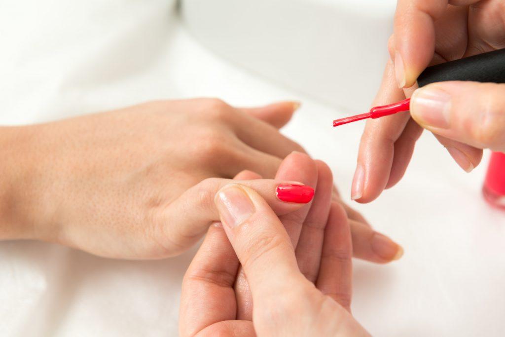 manicure w kolorze klasycznej czerwieni