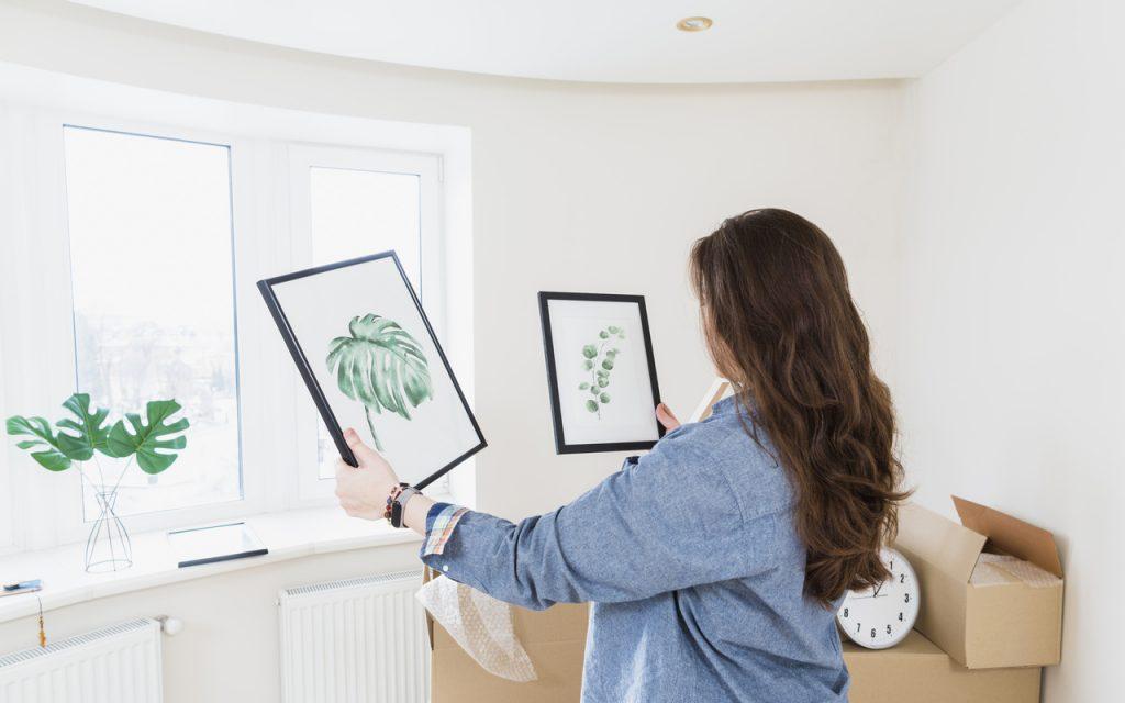 kobieta wybiera plakaty