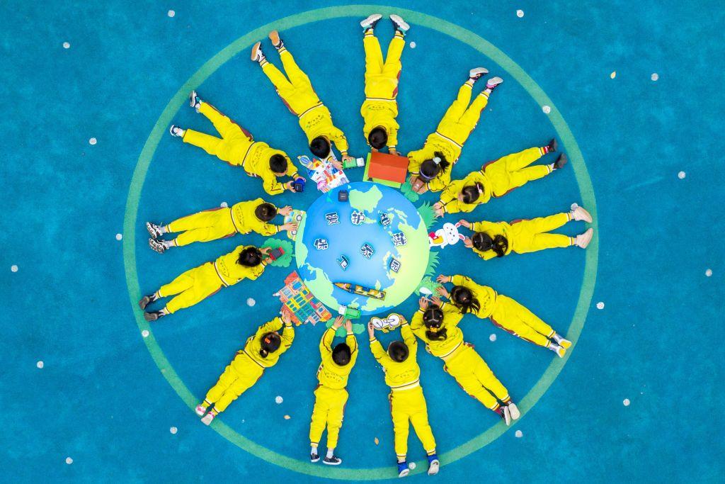 Dzień ziemi - dzieci z plakatem