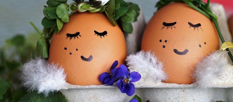 Jajko na Wielkanoc. Jak udekorować jajka na talerzu?