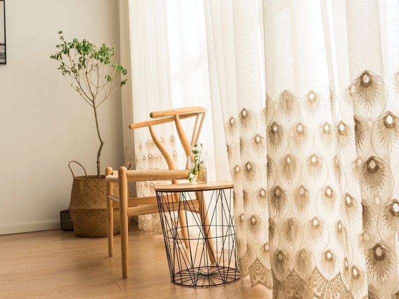 Firany – funkcjonalny i dekoracyjny element wnętrz