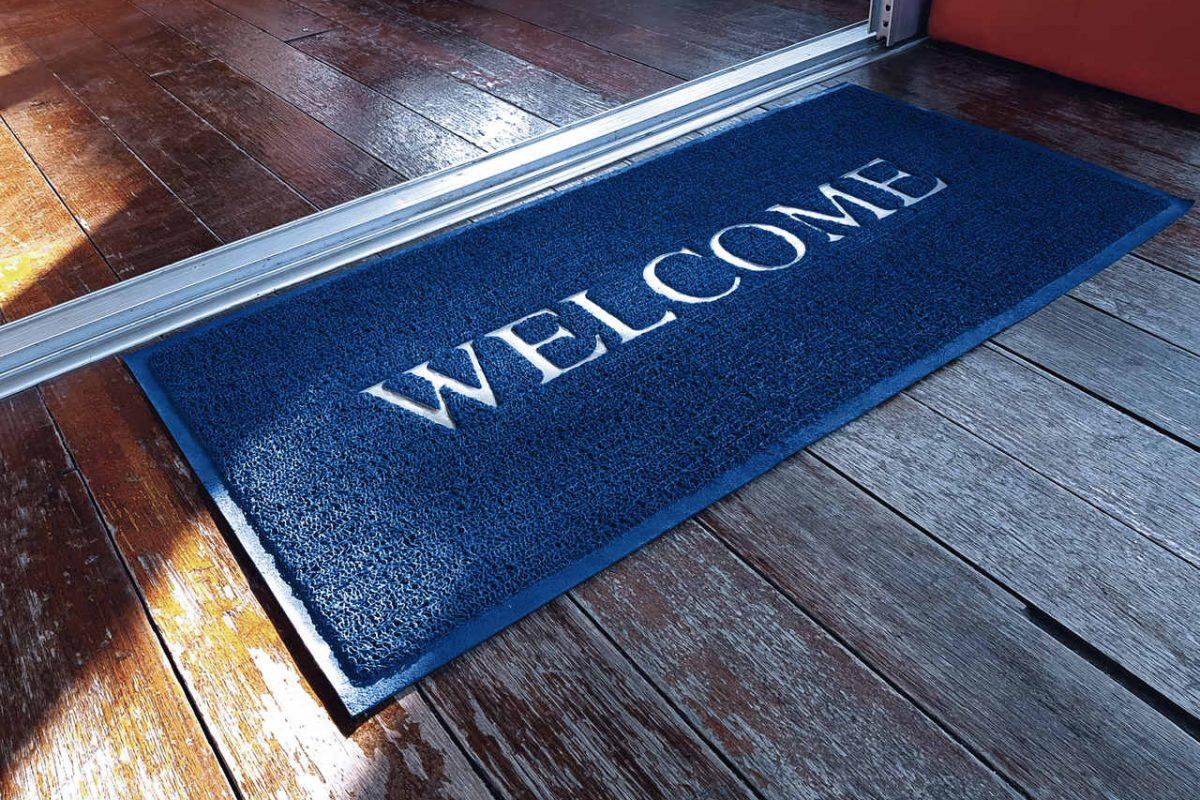 Wycieraczki pod drzwi z napisami. Przywitaj gości na wesoło