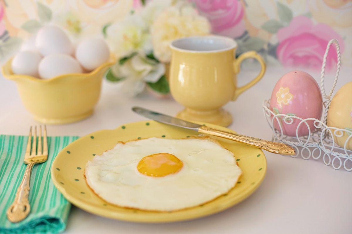 Dekoracja stołu na wielkanocne śniadanie