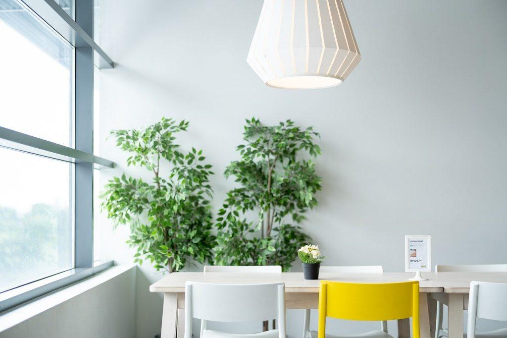 lampa nad stołem
