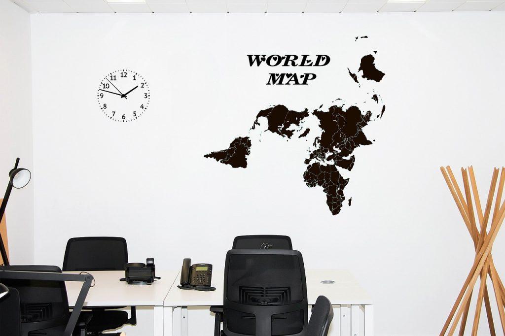 mapa na ścianie