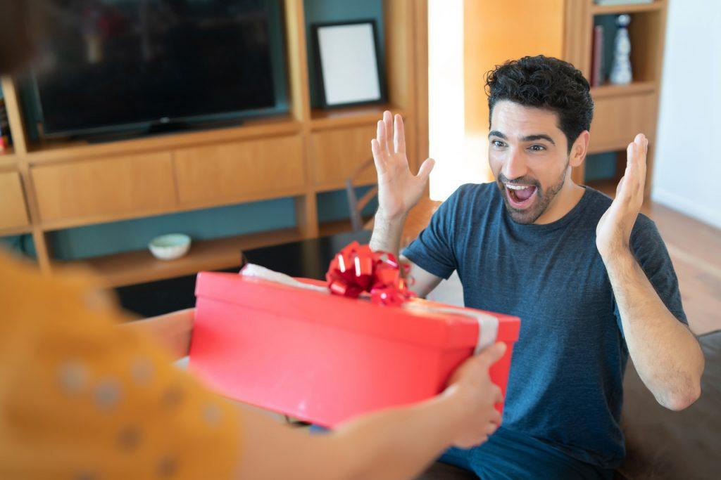 mężczyzna dostaje prezent
