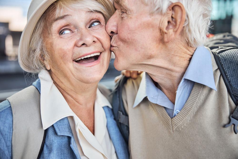 całująca się para seniorów